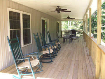 Ludwig's Trailside Bed and Breakfast proch